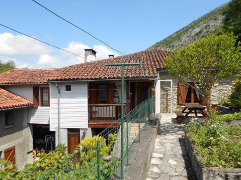 Gîte avec grande cheminée et vues sur les Pyrénées