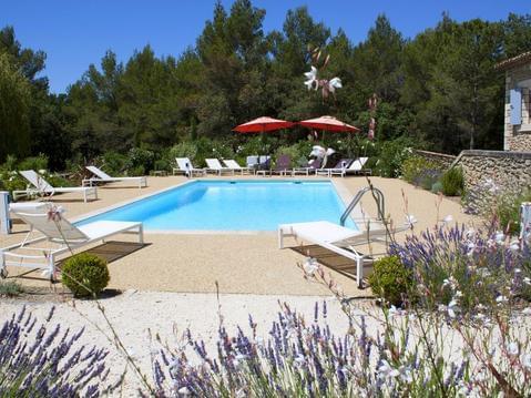 Menerbes:grand mas avec piscine dans 2 ha arbores,