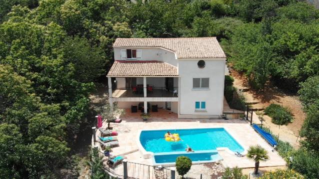villa avec piscine proche activité sportive