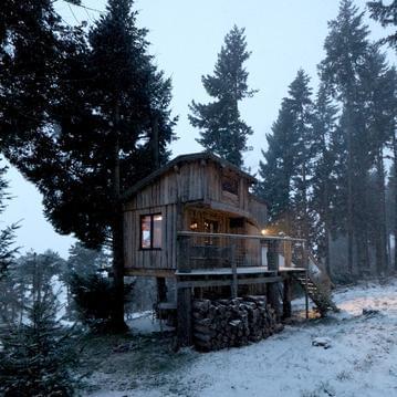 Cabane forestière sur pilotis avec vue magnifique