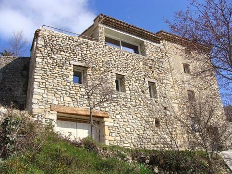 Maison en pierres dans village perché de Mirabel