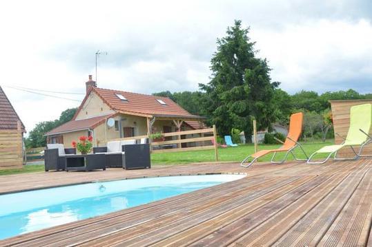 Confortable gite avec piscine, entouré d'animaux