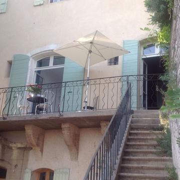 Dans le vieux village appartement largement ouvert