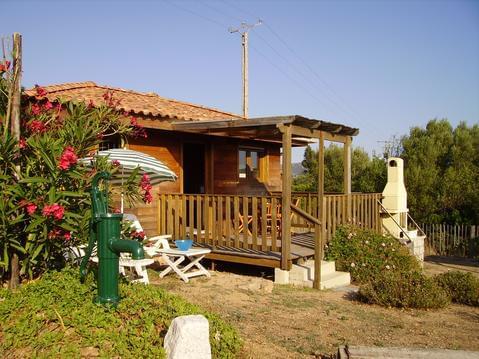 Petite maison en bois exotique