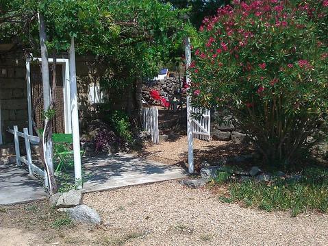 Maison typique en granit avec grand jardin arboré