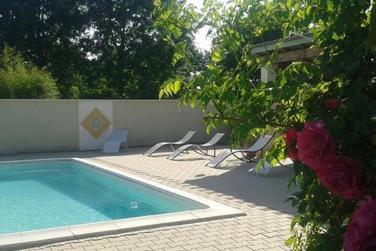 Jolie maison proche de Brantome avec piscine exter