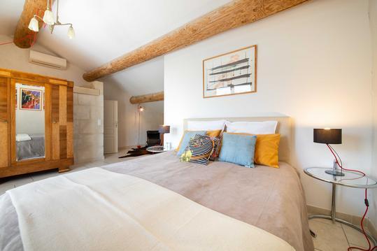 chambre avec piscine et sauna dans un mas