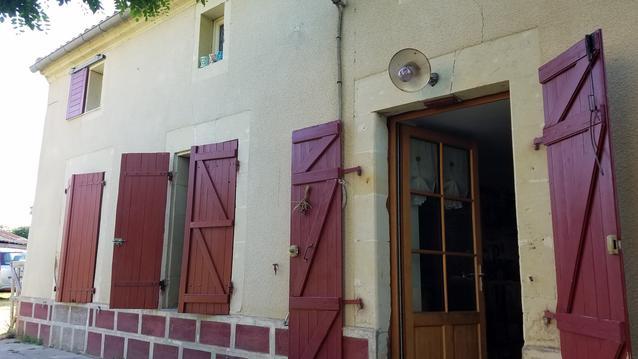 maison ancienne dans village calme