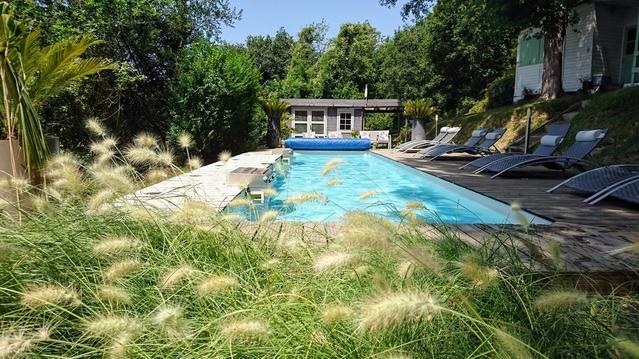 Chalets au bord de rivière avec piscine chauffée